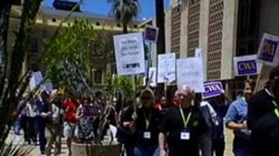 Empleadores estatales marchando al frente del capitolio