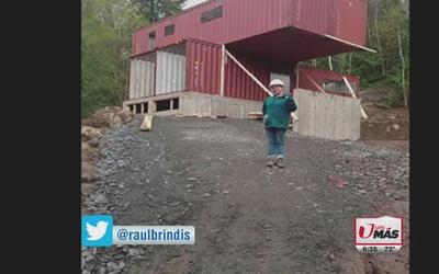 Mujer construyó casa con cuatro contenedores de metal