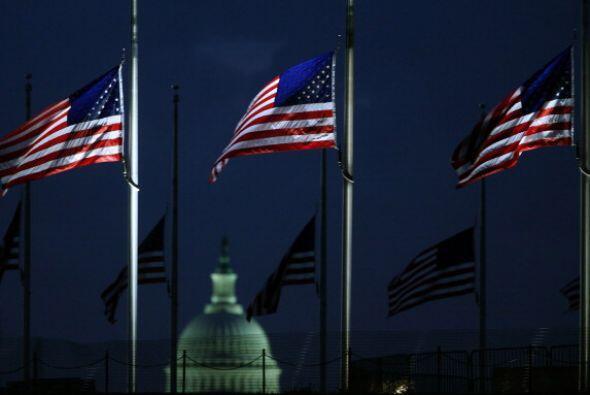 Todas las banderas de Estados Unidos fueron colocadas este viernes a med...