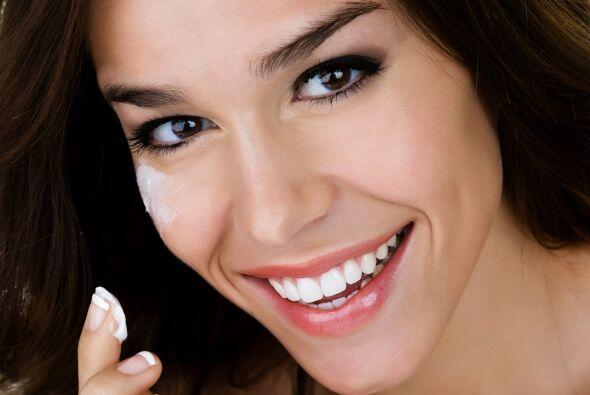 Hidrata tu piel. Antes de aplicarte el maquillaje, usa una crema o un se...