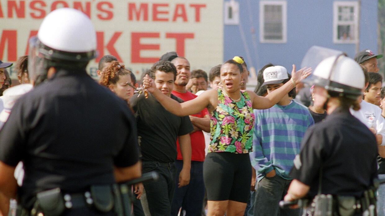 Una mujer protesta frente a la policía de Los Ángeles, el 30 de abril de...