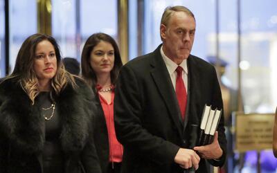 El representante republicano de Montana Ryan Zinke, derecha, llega al Tr...