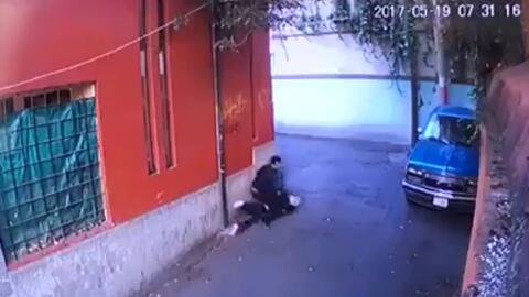 Las autoridades mexicanas buscan a un taxista que fue captado mientras a...