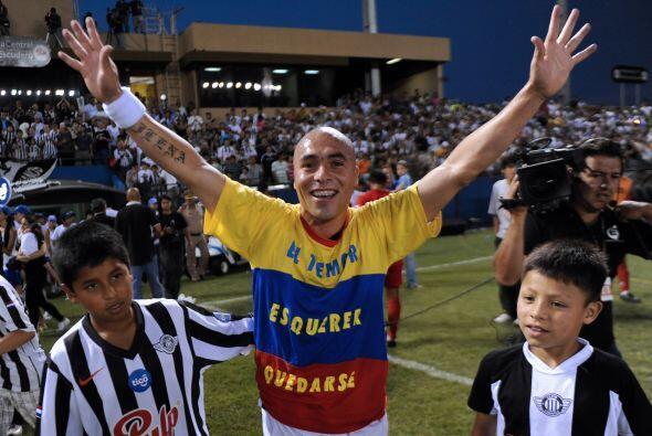 El colombiano Vladimir Marin con una bandera colombiana, pilar del equip...