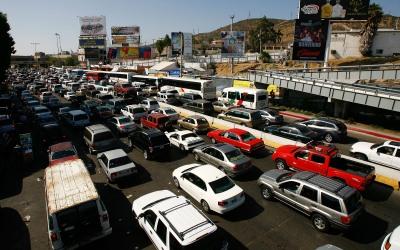 Largas filas de vehículos esperan cruzar la frontera en Tijuana