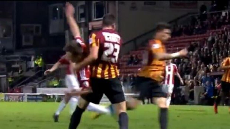 El árbitro Simon Hooper no marcó penal por esta incréible falta.