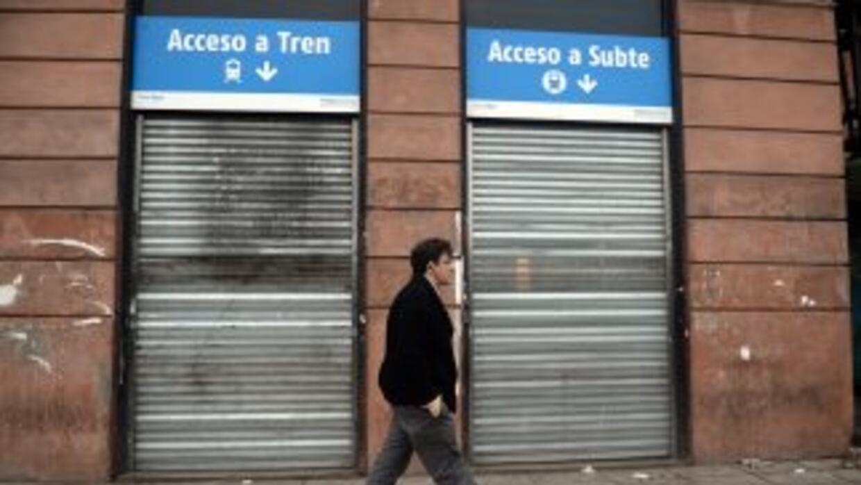 Un hombre pasa frente a la terminal cerrada de trenes de Buenos Aires, e...