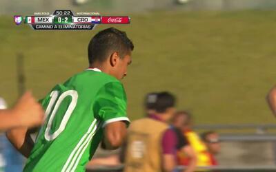 Zoran Nizic despeja el balón y aleja el peligro