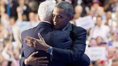 El Presidente Barack Obama y el ex presidente Bill Clinton se dan un abr...