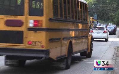 Conductor grave tras choque con autobús escolar