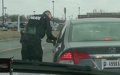 Policías en Indiana recompensan con 100 dólares a choferes por sus habil...