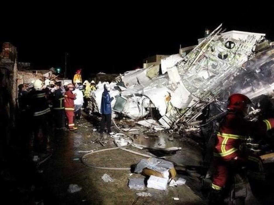 El avión se estrelló en una zona residencial afuera del aeropuerto. Hay...