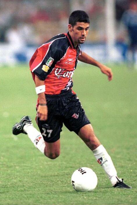 Márquez debutó profesionalmente  con el Atlas a los 17 años de edad en u...