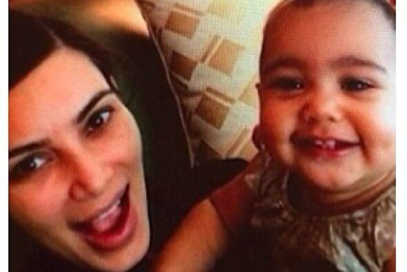 Parece que a la bebé de Kim Kardashian también le encantan las cámaras....