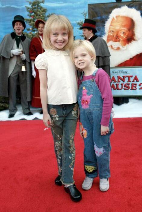 En octubre de 2002, las hermanitas Fanning, muy unidas en la alfombra ro...