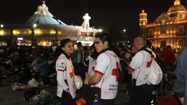 Médicos de la Cruz Roja en el recinto.