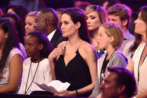 Angie llevó a sus dos hijas mayores a la ceremonia.