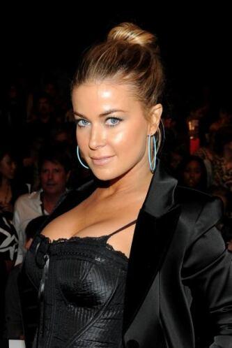 No sólo es el bello rostro de Carmen Electra es el que llama la atención...