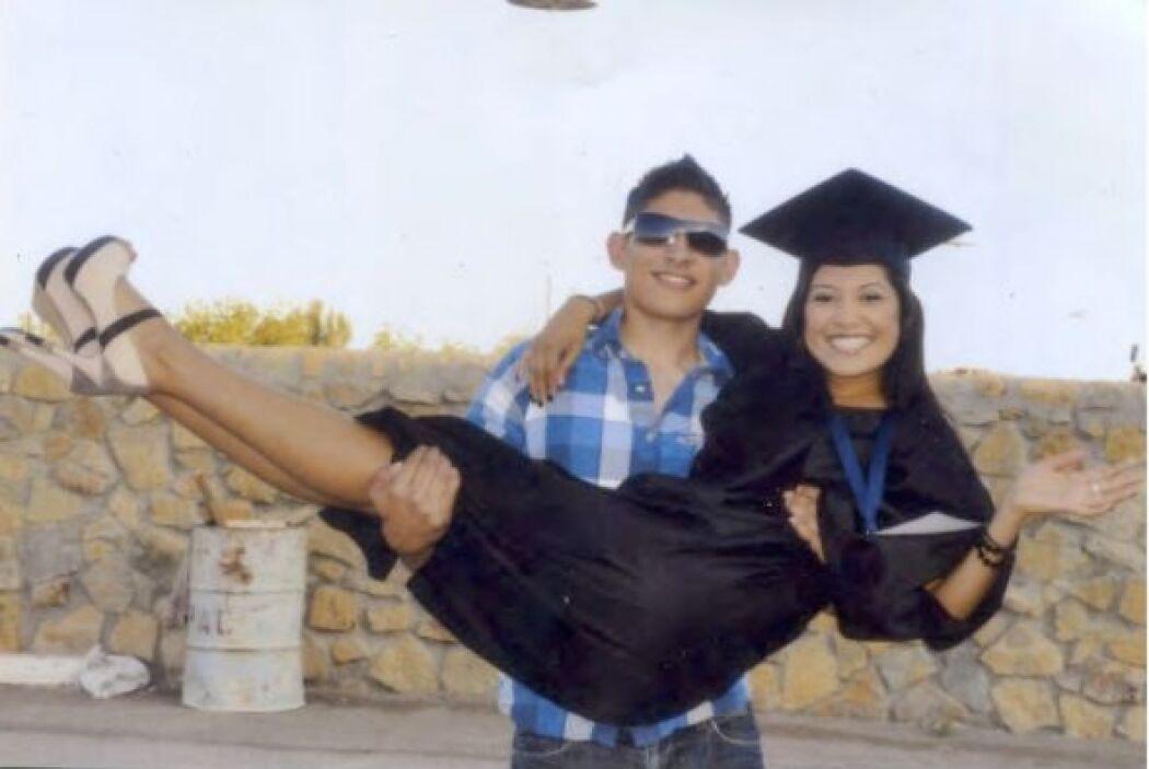 Con su hermano el día de su graduación.