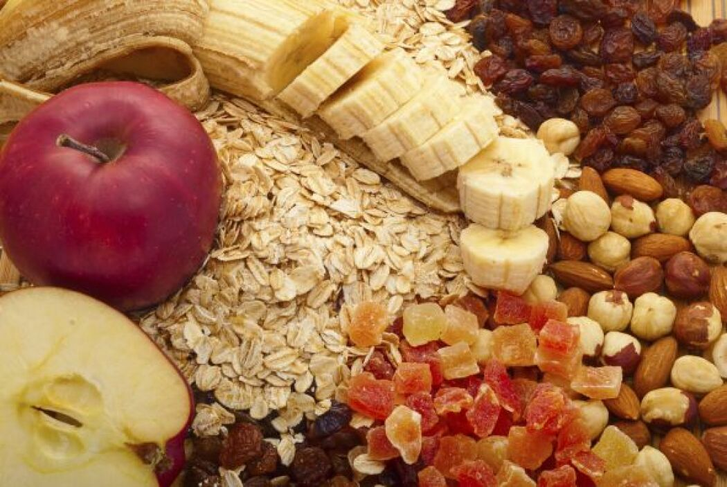 Consumir frutos secos y una pieza de fruta Entre los aperitivos saludabl...
