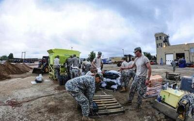Soldados de la Guardia Nacional de Colorado y miembros de protección civ...