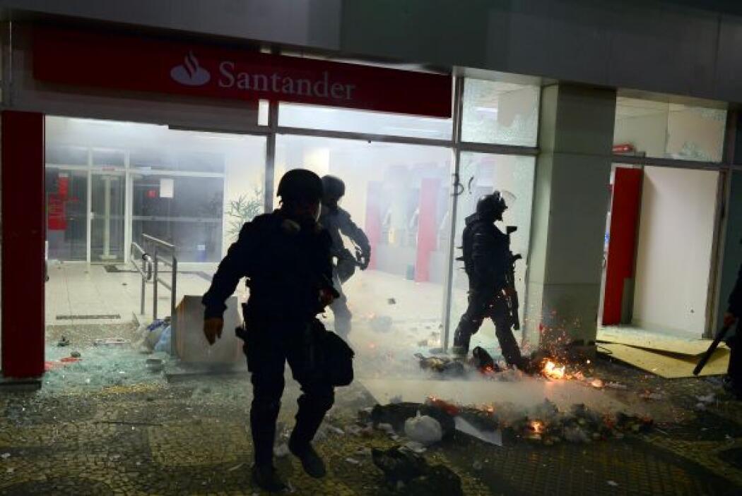 En Salvador, la policía disparó gases lacrimógenos y balas de goma contr...