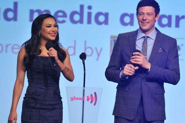 Naya junto a Cory Monteith en el escenario de los GLAAD Media Awards, en...