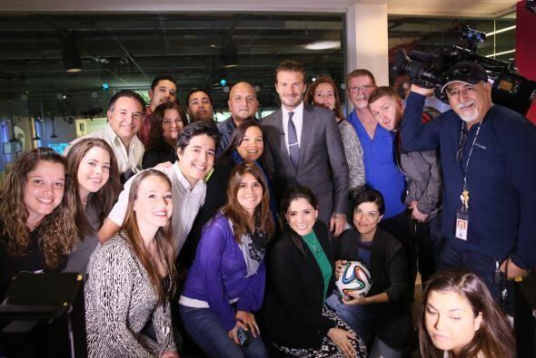 El equipo de Univision Noticias posó para la foto con Beckham.