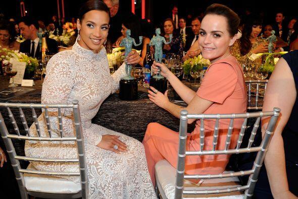 """Dascha Polanco y Taryn Manning muy sonrientotas con su premio. El """"Orang..."""
