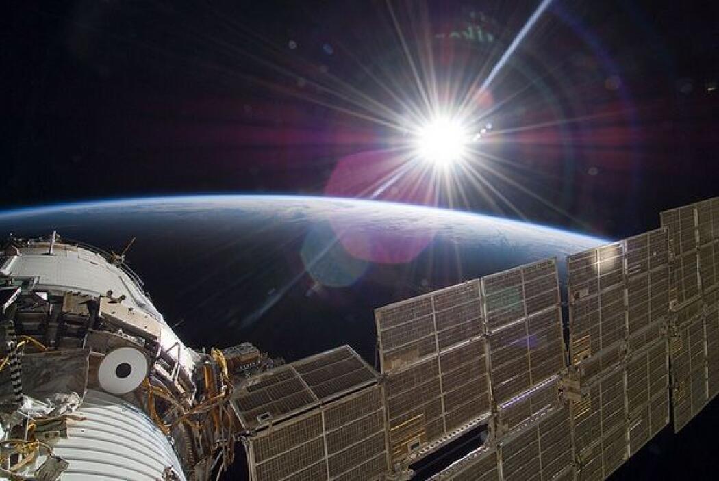 La Estación Espacial Internacional (EEI) muestra una imagen del Sol toma...
