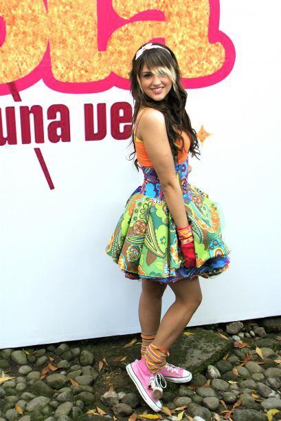 """Eiza González enseñaba mucha pierna en """"Lola Érase Una Vez""""."""