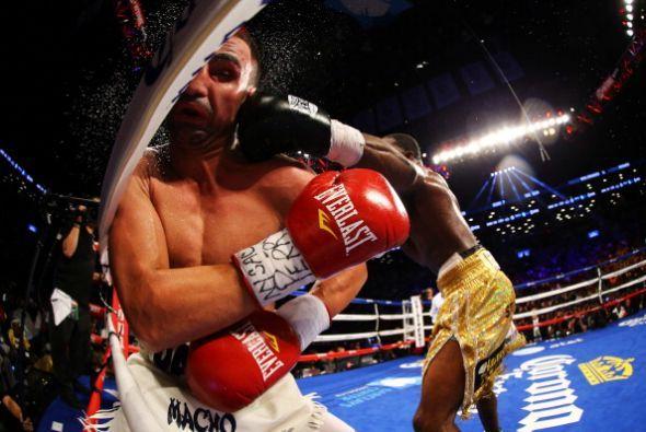 En su primera pelea en la categoría de 147 libras después de ser peso li...