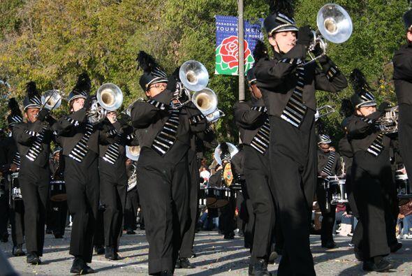Muchas bandas dan un toque de elegancia al desfile.