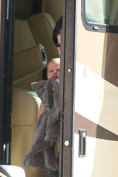 Rachel bajó del vehículo con su nena.