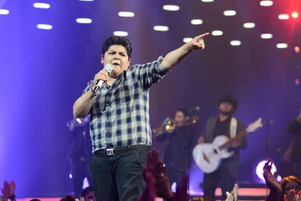 """Stephanie Guzmán cantó """"Y llegaste tú"""", con la banda de Julión Álvarez."""