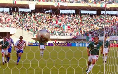 Cuauhtémoc Blanco marcando el penal ante Croacia en el Mundial de Corea-...