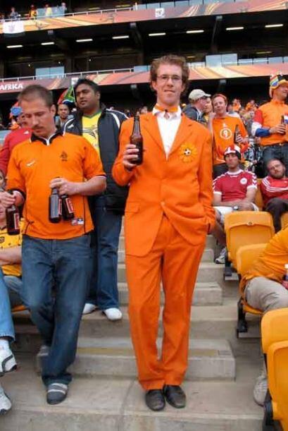 Holandeses y cervezas... muy elegantes en las tribunas.