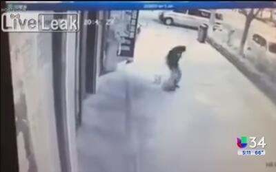 Captan a un hombre dando una golpiza a un niño de dos años