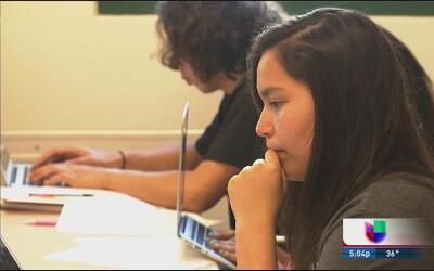 Se gradúan más latinos en escuelas de Chicago