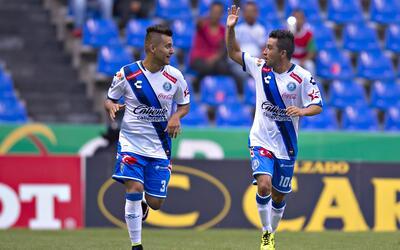 Bermúdez (der.) marcó el gol de la diferencia en el Cuauht...