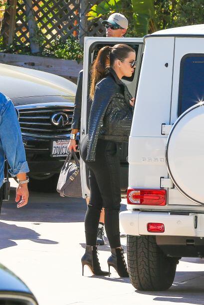 Khloé Kardashian también presumió sus curvas en un atuendo negro.