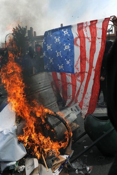 Otra muestra fue el incendio de la bandera de Estados Unidos en plena pr...