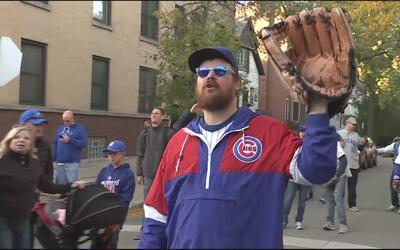 Aficionados de los Cubs hacen de todo para conseguir una pelota de recuerdo