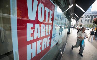 Un anuncio de votación temprana en Chicago, Illinois, el 18 de oc...