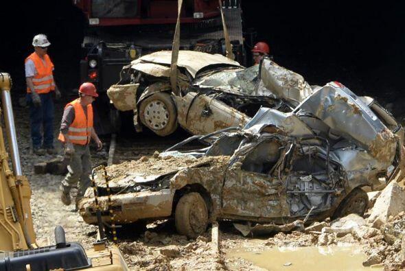 Los carros que cayeron dentro fueron pérdida total.