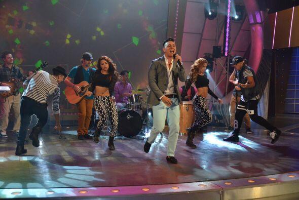 Este joven cantante brilló arriba del escenario como si llevara muchos a...