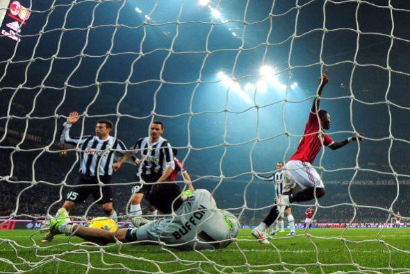 A pesar del esfuerzo de Buffon, el balón pasó la línea de gol.