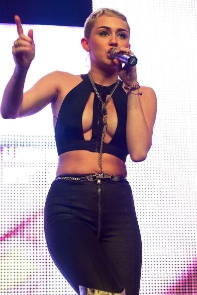 Los escotes de Miley han invitado a las mujeres a sentirse bien con su c...