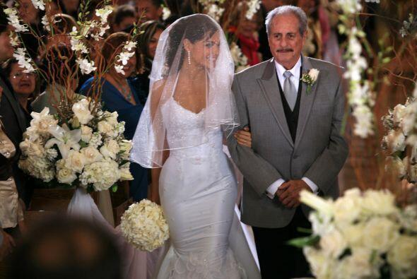 ¡Ya llega la novia! Del brazo de su padre adoptivo, don Julio.