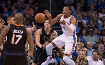Westbrook anotó 51 puntos, atrapo 13 rebotes y repartió 10...
